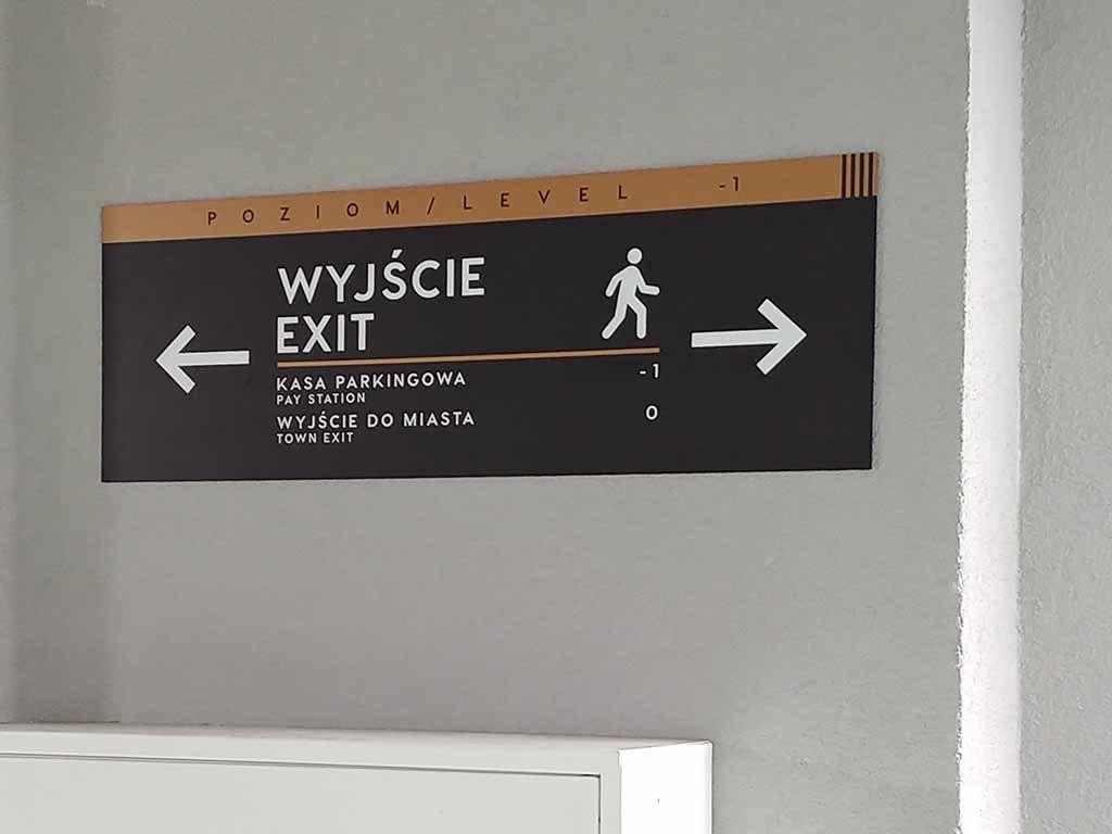 oznakowanie przestrzeni parkingu / parking space signage / Parkplatzbezeichnung