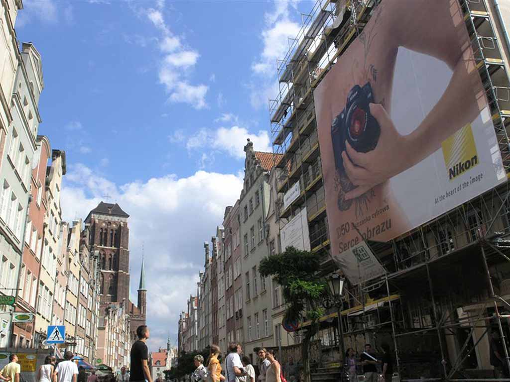 reklama w czasie remontu elewacji / advertising during facade renovation / Werbung bei der Fassadenrenovierung